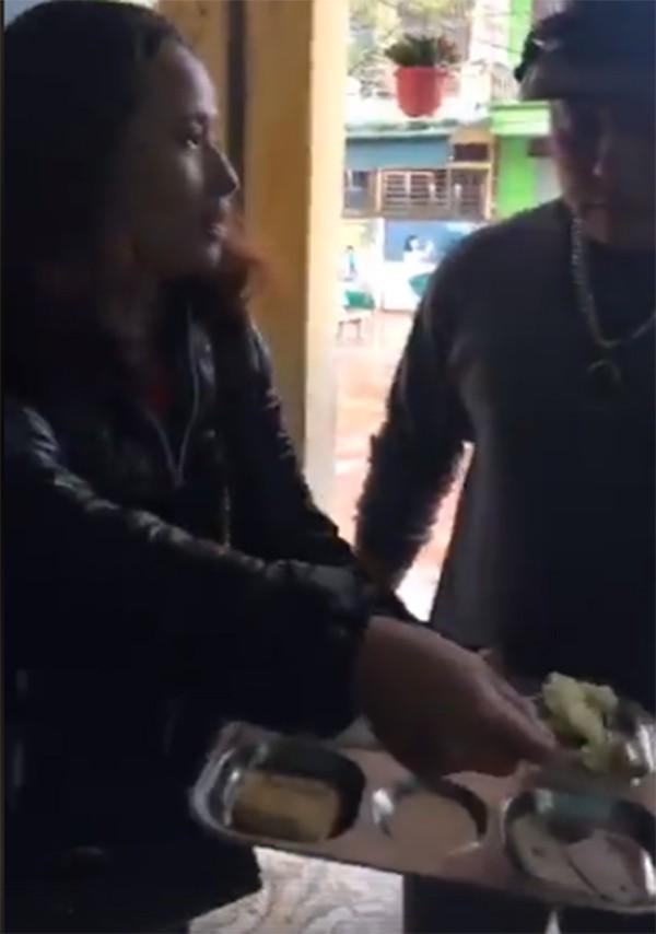 Phụ huynh ngỡ ngàng khi suất ăn trị giá 13.000 đồng của học sinh lớp 1 chỉ có 2 miếng chả và 1 miếng trứng - Ảnh 1.