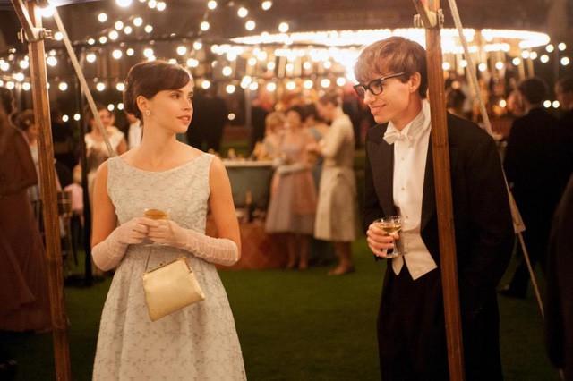 Đằng sau Stephen Hawking là cuộc sống gia đình trắc trở như bao người bình thường khác: Kết hôn 2 lần, ly hôn 2 lần, cuối đời chẳng có ai thân thuộc ở bên