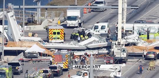 Mỹ: Sập cầu tản bộ 950 tấn mới xây, nhiều người thương vong - Ảnh 1.