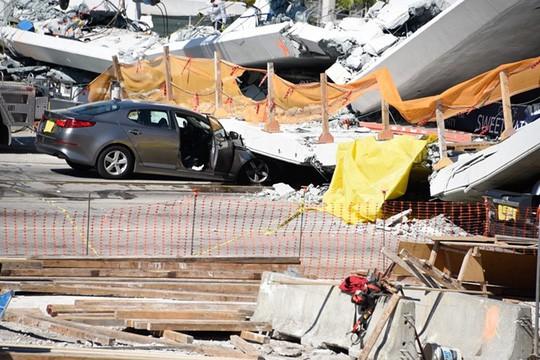 Mỹ: Sập cầu tản bộ 950 tấn mới xây, nhiều người thương vong - Ảnh 4.