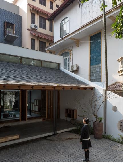 Ngôi nhà mang nét kiến trúc cổ Bắc Bộ xuất hiện lung linh trên báo ngoại - Ảnh 2.