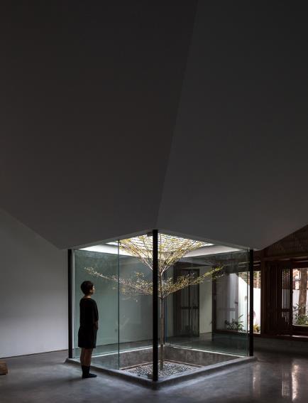Ngôi nhà mang nét kiến trúc cổ Bắc Bộ xuất hiện lung linh trên báo ngoại - Ảnh 12.