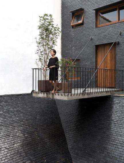 Ngôi nhà mang nét kiến trúc cổ Bắc Bộ xuất hiện lung linh trên báo ngoại - Ảnh 17.