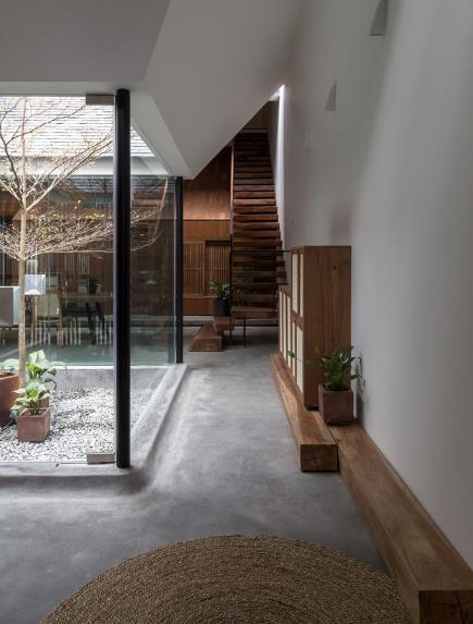 Ngôi nhà mang nét kiến trúc cổ Bắc Bộ xuất hiện lung linh trên báo ngoại - Ảnh 8.