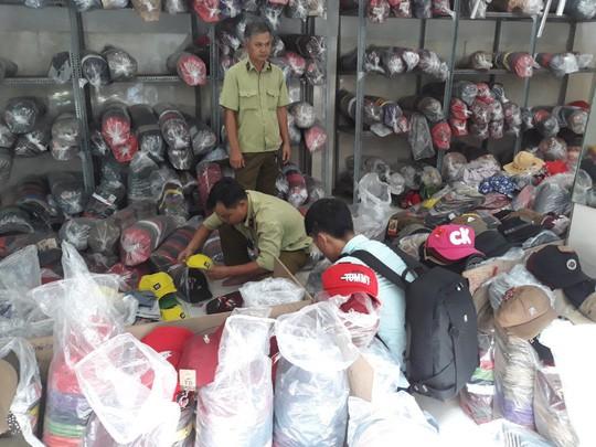 Phát hiện hàng trăm ngàn nón giả, nhập lậu từ Trung Quốc - Ảnh 1.