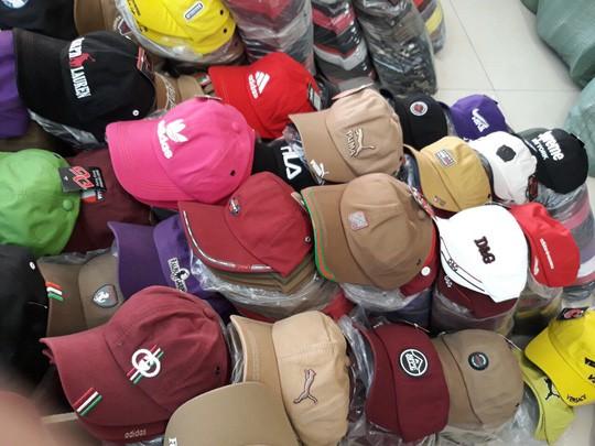 Phát hiện hàng trăm ngàn nón giả, nhập lậu từ Trung Quốc - Ảnh 2.