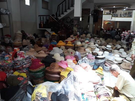 Phát hiện hàng trăm ngàn nón giả, nhập lậu từ Trung Quốc - Ảnh 3.