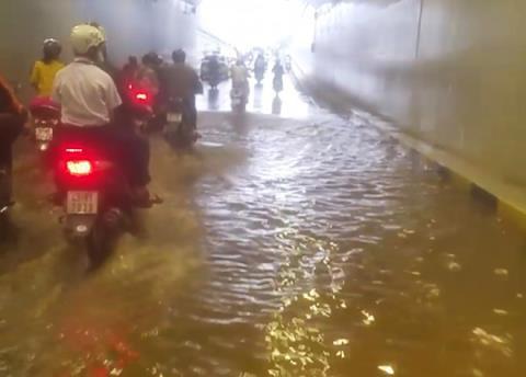 Hầm chui trăm tỷ không mưa vẫn ngập: Do phải chạy đua? - Ảnh 1.