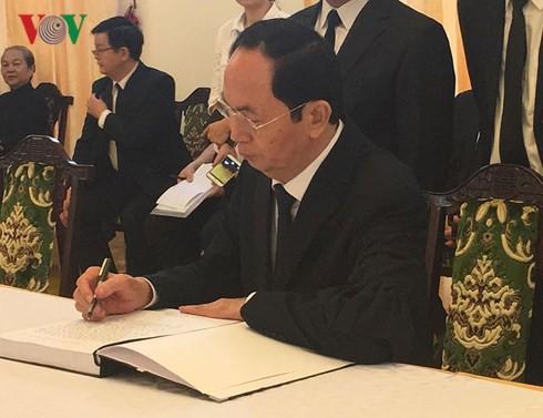 Nhiều đoàn lãnh đạo đến viếng cố Thủ tướng Phan Văn Khải tại Hội trường Thống Nhất - Ảnh 11.