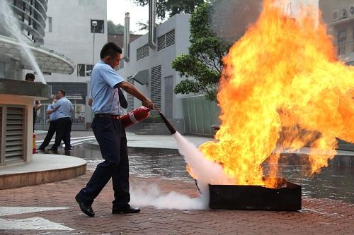 Cháy chung cư: Phải khắc cốt ghi tâm những kỹ năng thoát hiểm này bạn mới có thể kịp ứng phó khi tình huống cấp bách xảy ra  - Ảnh 1.