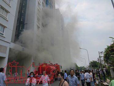 Chung cư Carina phát cháy trở lại, hai cảnh sát bị thương khi đổ xăng vào máy bơm nước - Ảnh 1.