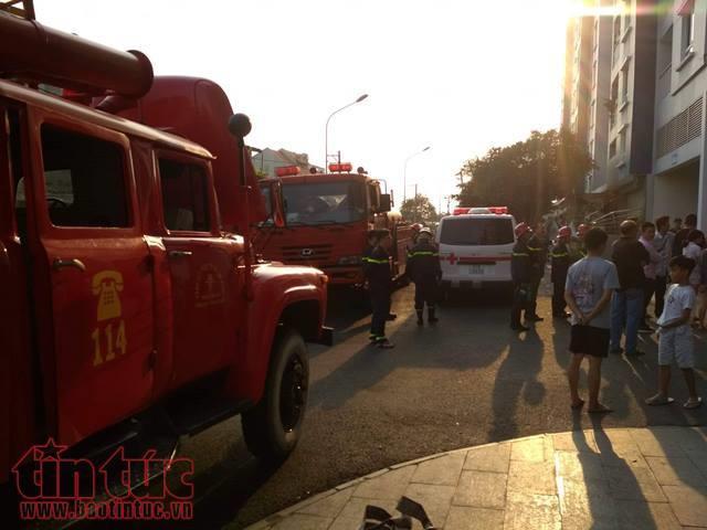 Chung cư Carina phát cháy trở lại, hai cảnh sát bị thương khi đổ xăng vào máy bơm nước - Ảnh 2.