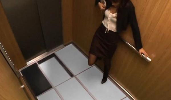 Chúng ta phải làm gì nếu như gặp sự cố, bất ngờ mắc kẹt trong thang máy? - Ảnh 2.
