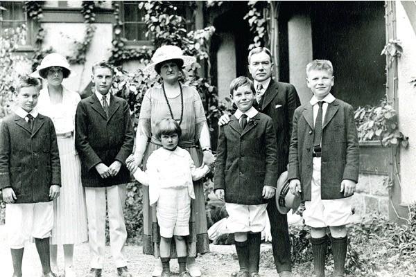 Cháu nội ông vua dầu mỏ John D. Rockefeller tiết lộ bí quyết dạy con để giữ gìn sự giàu có của gia đình suốt 100 năm qua - Ảnh 1.