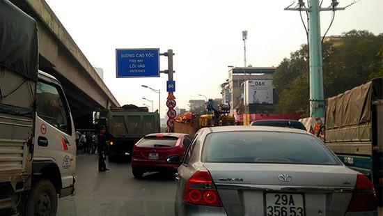 Hà Nội: Xe ben tông xe taxi, đường Nguyễn Xiển ùn tắc nghiêm trọng - Ảnh 2.