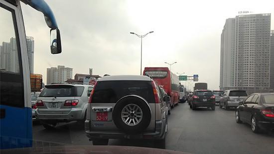 Hà Nội: Xe ben tông xe taxi, đường Nguyễn Xiển ùn tắc nghiêm trọng - Ảnh 4.