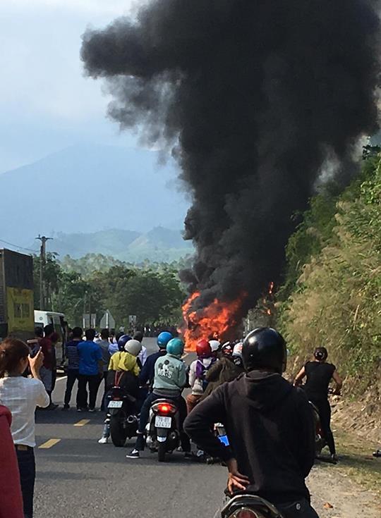 Xe khách Phương Trang cháy dữ dội, hành khách hoảng loạn đập cửa thoát hiểm - Ảnh 1.