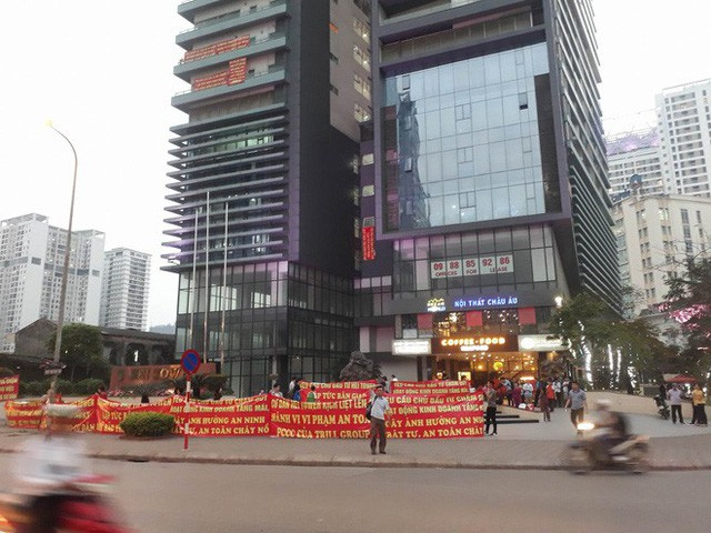 Hà Nội: Cư dân chung cư Hei Tower căng băng rôn phản ánh Trill Group vi phạm an toàn cháy nổ, chủ nhà hàng nói gì? - Ảnh 3.