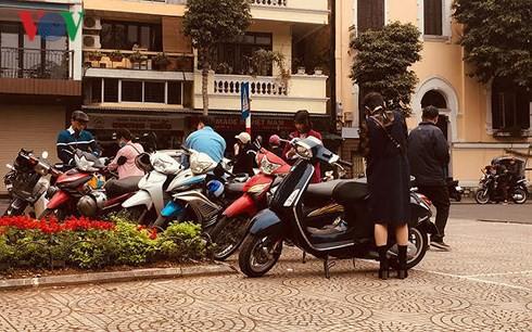 Lãnh đạo phường nói về bãi xe chặt chém khách lễ đền Ngọc Sơn - Ảnh 1.