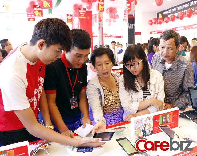 Bí quyết trở thành nhà bán lẻ hiệu quả nhất Việt Nam của FPT Shop: Sales kiêm luôn công việc của anh kỹ thuật, chị kế toán, mỗi nhân viên đem về 2,2 tỷ đồng doanh thu - Ảnh 1.