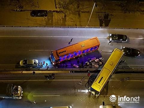 Hà Nội: Xe khách gây tai nạn đường trên cao lúc đêm khuya, hành khách hoảng loạn - Ảnh 1.