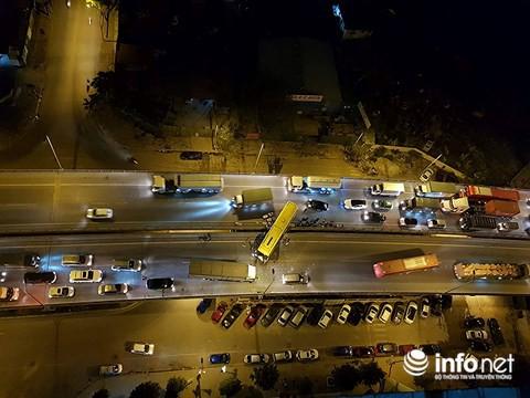 Hà Nội: Xe khách gây tai nạn đường trên cao lúc đêm khuya, hành khách hoảng loạn - Ảnh 2.