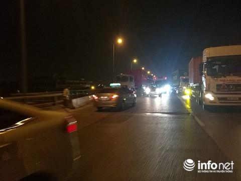 Hà Nội: Xe khách gây tai nạn đường trên cao lúc đêm khuya, hành khách hoảng loạn - Ảnh 3.
