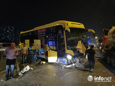 Hà Nội: Xe khách gây tai nạn đường trên cao lúc đêm khuya, hành khách hoảng loạn - Ảnh 4.