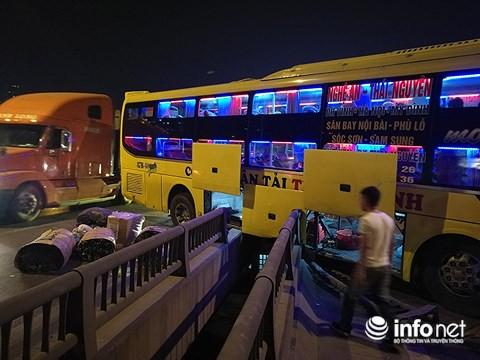 Hà Nội: Xe khách gây tai nạn đường trên cao lúc đêm khuya, hành khách hoảng loạn - Ảnh 5.