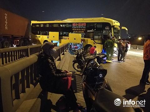 Hà Nội: Xe khách gây tai nạn đường trên cao lúc đêm khuya, hành khách hoảng loạn - Ảnh 8.