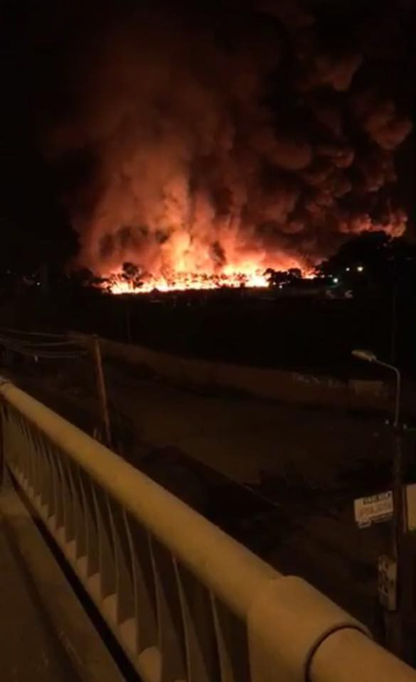 Cháy lớn ở công ty môi trường, ngọn khói lửa bốc cao hàng trăm mét - Ảnh 1.