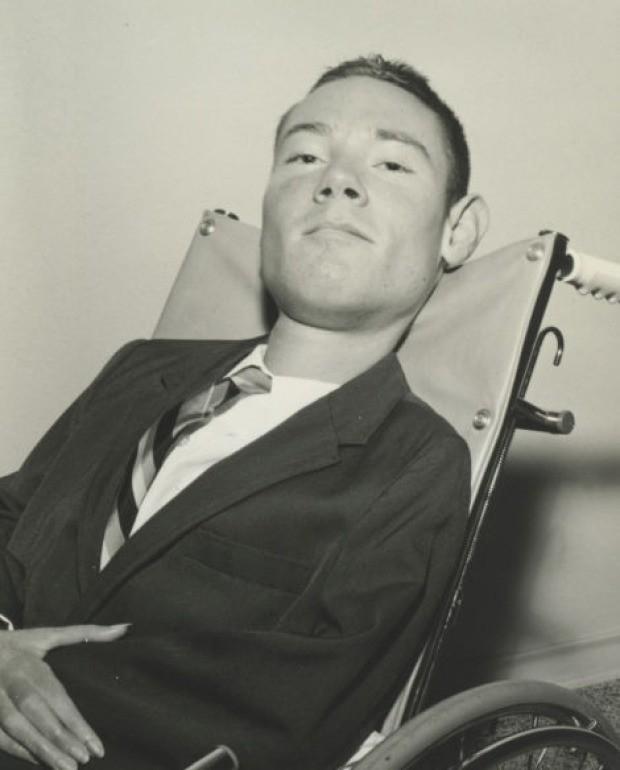 Ý chí phi thường của bệnh nhân bại liệt, nằm một chỗ, thở bằng phổi sắt nhưng vẫn có được 3 bằng cử nhân - Ảnh 2.