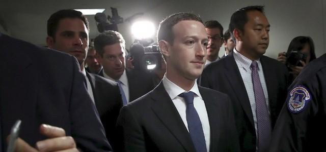 Mark Zuckerberg và hành trình ngoạn mục từ áo hoodie tới vest đen lịch lãm - Ảnh 3.