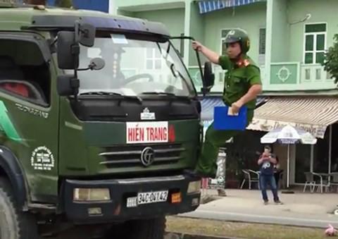 Công an Hải Phòng thông tin chính thức vụ cảnh sát trật tự bám trên cần gạt nước xe tải - Ảnh 1.