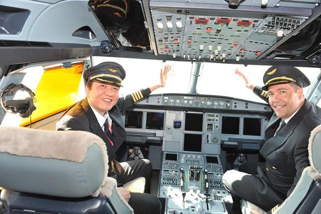Đưa cây tre Bamboo Airways lên trời, tỷ phú Trịnh Văn Quyết sẽ giải quyết 2 bài toán sau thế nào: Tìm phi công ở đâu và đỗ máy bay chỗ nào? - Ảnh 1.