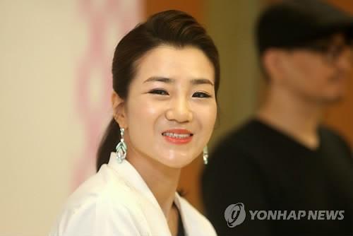 Hất nước vào mặt nhân viên, con gái thứ 2 của chủ tịch tập đoàn Korean Air bị chỉ trích dữ dội - Ảnh 1.