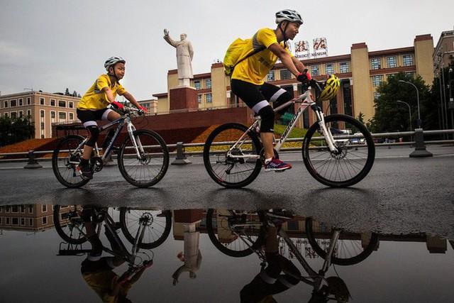 Ông bố của năm, quyết rủ cậu con trai cùng đạp xe hơn 2000km để thử thách lòng kiên trì - Ảnh 1.