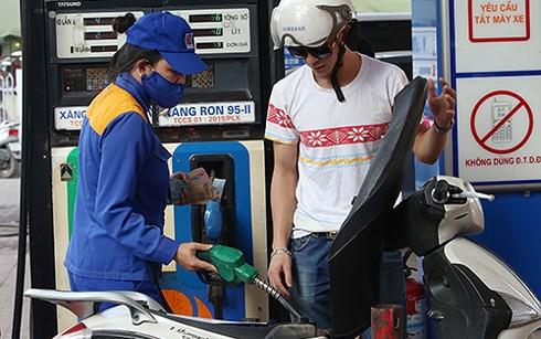Chuyên gia kiến nghị rút ngắn thời gian kỳ điều chỉnh giá xăng dầu - Ảnh 1.