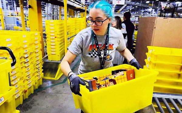 Nhân viên trong kho Amazon của tỷ phú giàu nhất thế giới Jeff Bezos làm việc bận tới mức phải đi vệ sinh ra chai vì lo bị phạt - Ảnh 1.