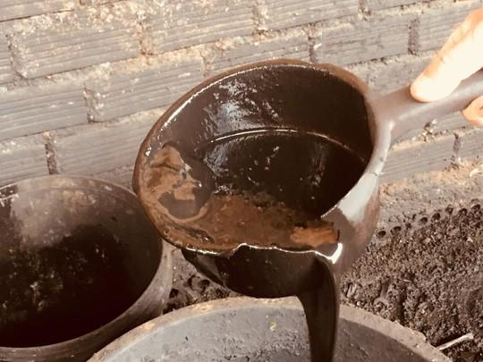 Cận cảnh chế biến cà phê độc hại từ tạp chất và than pin - Ảnh 1.