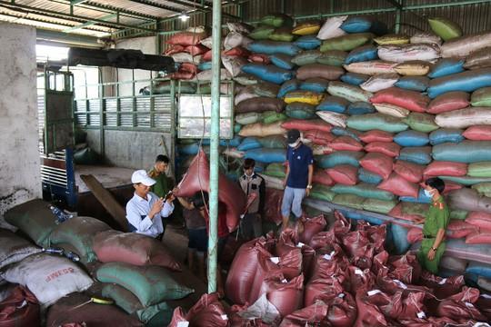 Cận cảnh chế biến cà phê độc hại từ tạp chất và than pin - Ảnh 3.