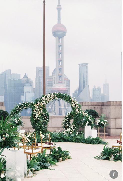 Xu hướng đám cưới xa xỉ của những cặp đôi giàu có ở Trung Quốc: Tiệc cưới sang trọng, cá tính nổi bật và được tổ chức ở nước ngoài - Ảnh 2.