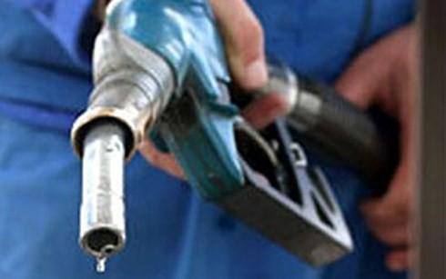 Bắt quả tang cây xăng bán dầu cho xe tải biển số nước ngoài - Ảnh 1.