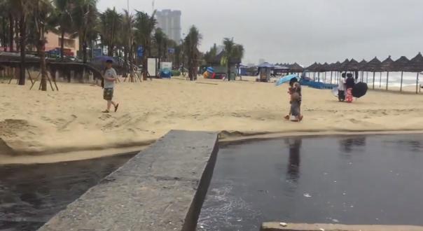 Nước thải đen ngòm tràn như suối ra biển Đà Nẵng, du khách bịt mũi rời đi - Ảnh 4.