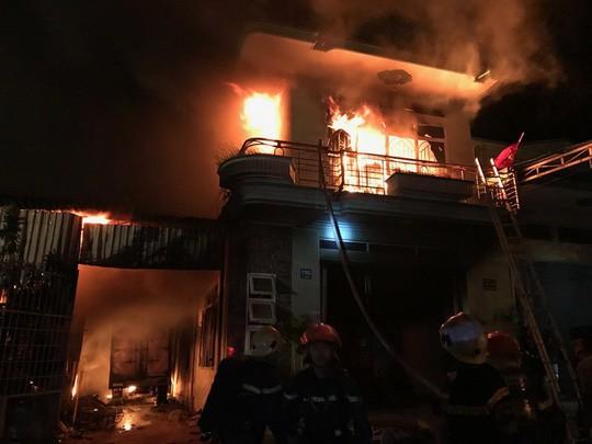 Cháy lớn kho hàng điện máy ở Ninh Thuận - Ảnh 1.