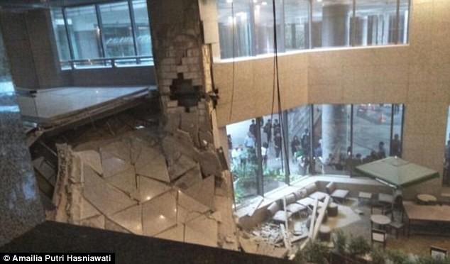 Sàn giao dịch chứng khoán Indonesia bị sập, hàng chục người bị thương - Ảnh 3.