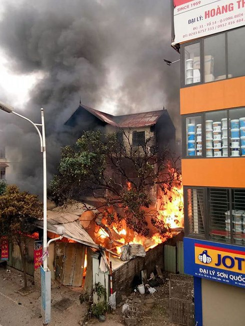 Cháy lớn ở ngôi nhà 3 tầng dưới chân cầu Vĩnh Tuy - Ảnh 1.
