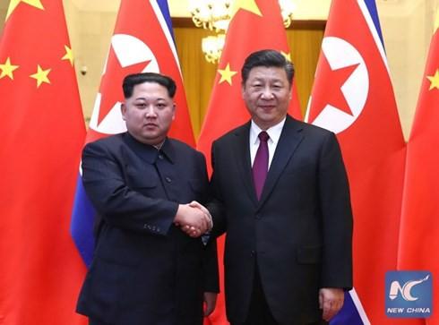 Điều ẩn chứa sau cái bắt tay lịch sử của Kim Jong-un và Tập Cận Bình - Ảnh 1.