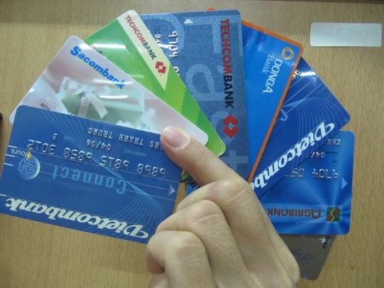 Ngân hàng không có máy ATM phải đóng phí 8.000 đồng/giao dịch - Ảnh 1.