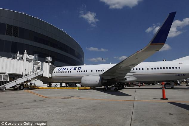Mua vé hạng thương gia, 3 mẹ con bất ngờ bị tiếp viên đuổi khỏi máy bay vì lời phàn nàn vô lý của hành khách - Ảnh 1.